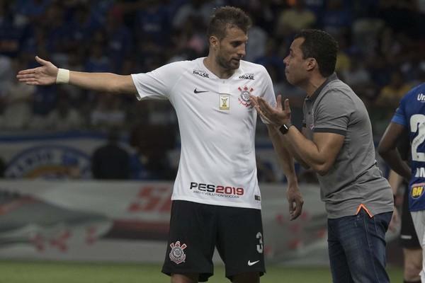 O Corinthians ocupa a 13ª colocação com 40 pontos. Está há 2 pontos acima  do Z4. O Vasco corre mais risco de entrar no Z4. 1a05a9e277e4c